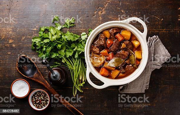 Beef Meat Stewed With Potatoes In Pot Stockfoto en meer beelden van Aardappel
