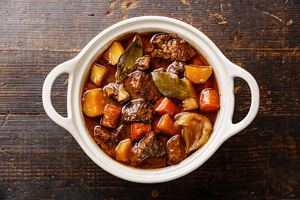beef meat stewed with potatoes - suppentopf stock-fotos und bilder