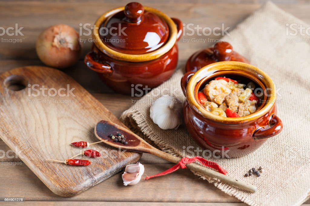 Beef meat stewed with vegetables in ceramic pot foto stock royalty-free