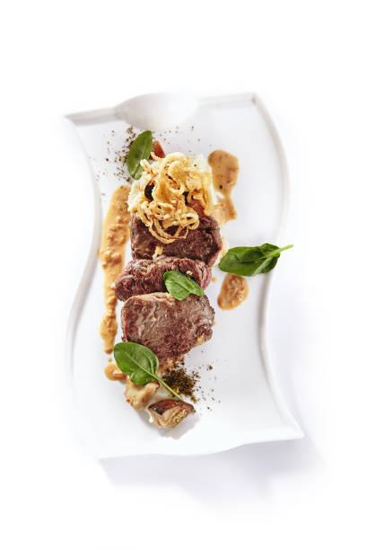 Rindfleischmedaille oder Mignon mit Kartoffelpüree, Fried Onion Ringe und Pilz – Foto
