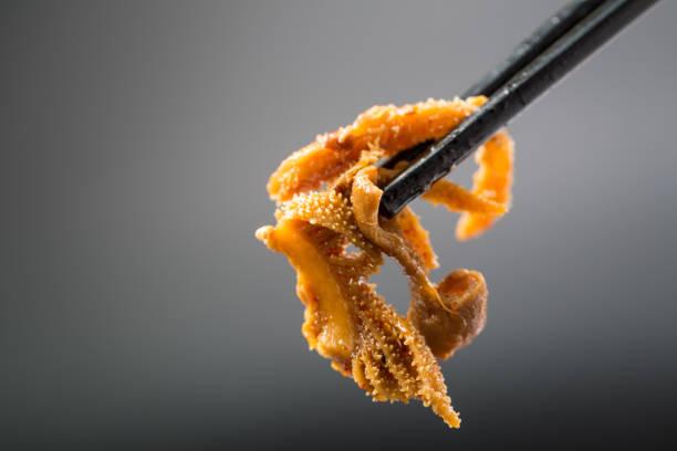 omasum rindfleisch geschmort mit rotem chili und knoblauch - innereien stock-fotos und bilder