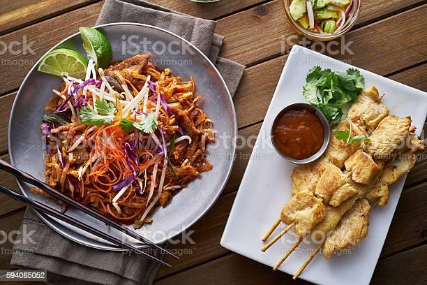 Foto de Beef Pad Thai And Chicken Satay Dinner Viewed From Above e mais fotos de stock de Alimentação Saudável