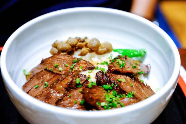 牛肉丼、和食伝統的な牛丼牛肉、きのこと野菜のライス - 丼物 ストックフォトと画像