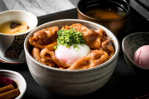 牛丼、日本食伝統的牛丼 - 丼物 ストックフォトと画像