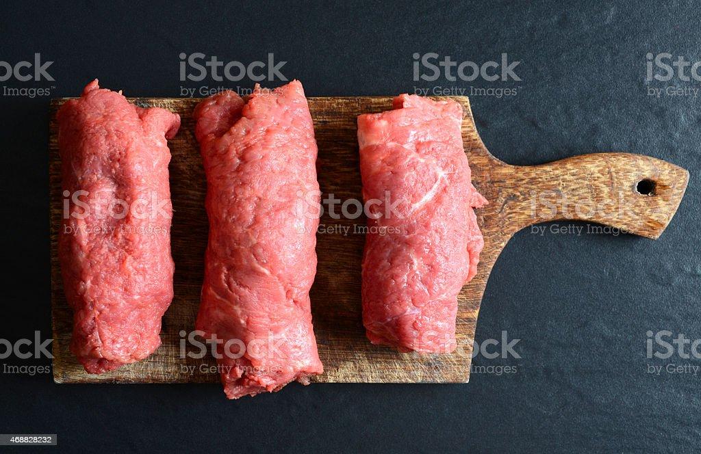 Rolinhos de carne em uma tábua de madeira - foto de acervo