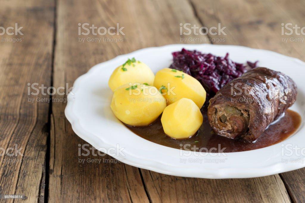 Rindsroulade mit Kartoffeln und Rotkohl – Foto