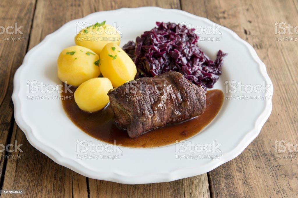 Rocambole de carne com batatas e couve roxa - foto de acervo