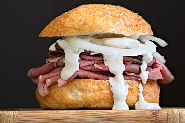 beef-sandwich auf einem kaiserbrötchen - roast beef sandwich stock-fotos und bilder