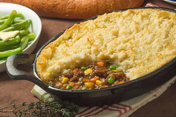beef shepherds pie - gemüseauflauf mit hackfleisch stock-fotos und bilder