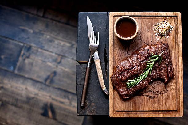 rindersteak. stück grill barbecue rindfleisch in gewürzen - marinade für grillfleisch stock-fotos und bilder