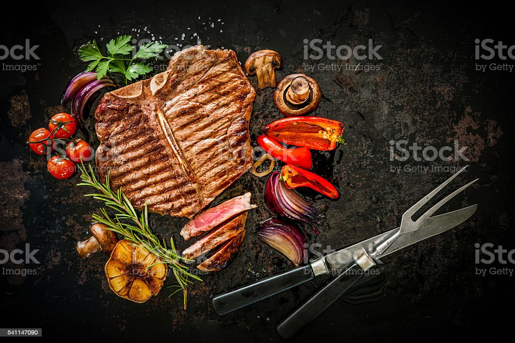 Beef steak with grilled vegetables​​​ foto