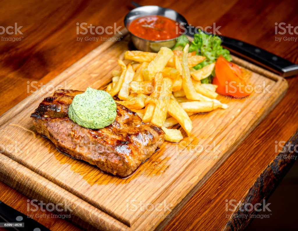Beef steak with pepper sauce and Grilled vegetables on cutting – Foto