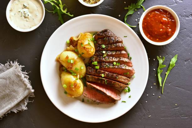 rindfleisch steak mit kartoffeln - salzkartoffel stock-fotos und bilder
