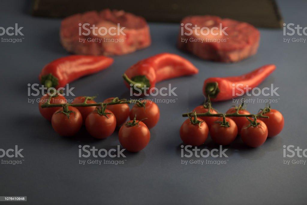 Steaks de boeuf sur le gril. grillades de viande et de légumes. steak de bœuf grillé isolé sur fond blanc, vue de dessus. - Photo