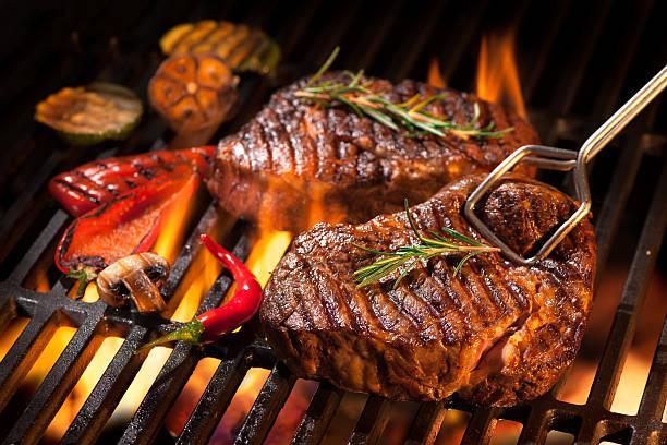 steki z wołowiny z grilla - grillowany zdjęcia i obrazy z banku zdjęć