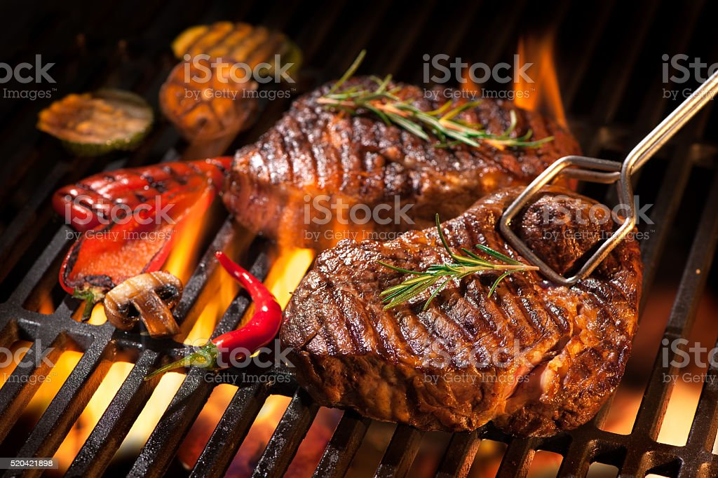 steaks de boeuf sur le gril - Photo