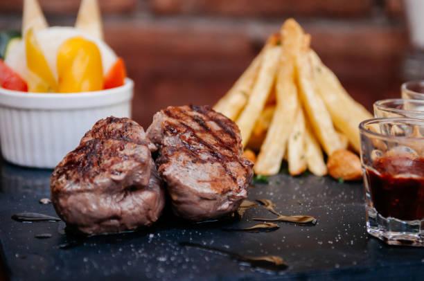 biefstuk van de ossenhaas met frans gebakken aardappelen - sirloin stockfoto's en -beelden