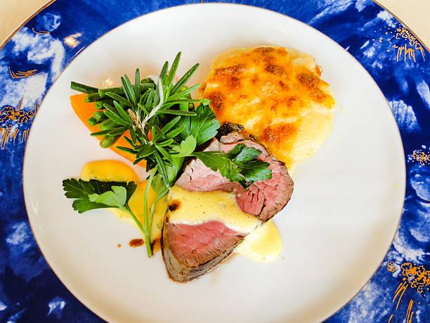 rinderfilet mit sauce bernaise und überbackene kartoffeln - sauce bernaise stock-fotos und bilder