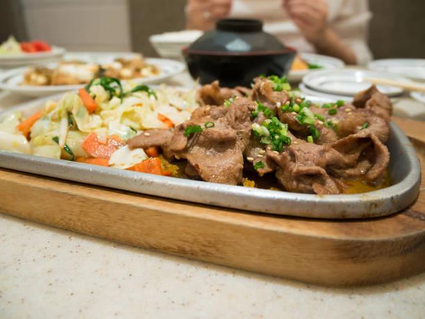 rindfleisch mit gemüse auf heißer platte, rindfleisch teppanyaki japanische küche - teppan yaki grill stock-fotos und bilder