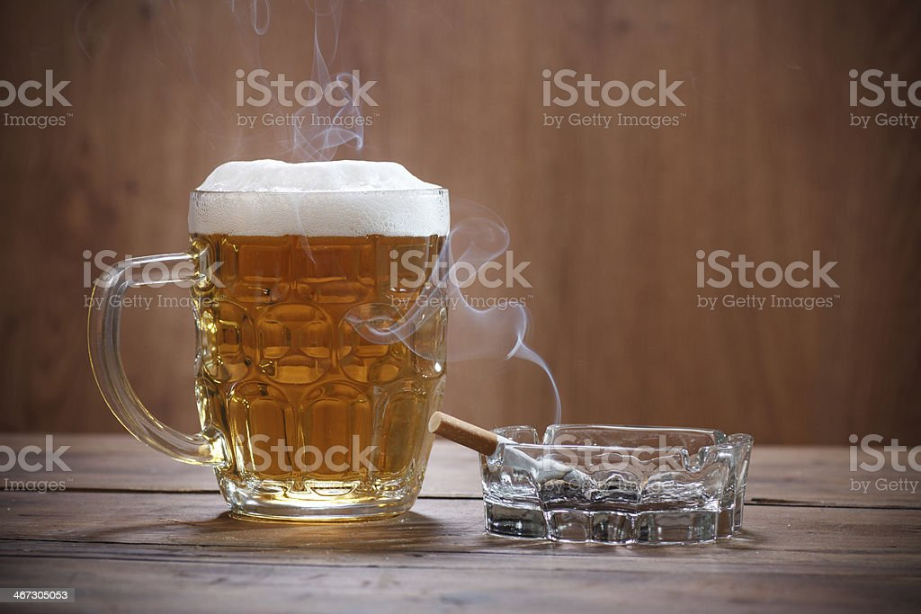 Cerveza y un cigarrillo - Foto de stock de Adicción libre de derechos