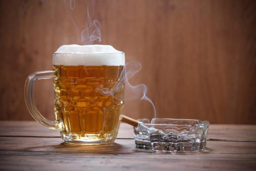 Cerveza Y Un Cigarrillo Foto de stock y más banco de imágenes de Adicción