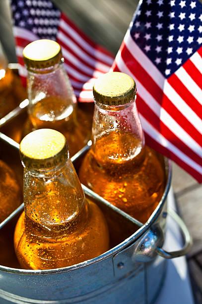 bier und amerikanischer flagge. - picknick tisch kühler stock-fotos und bilder