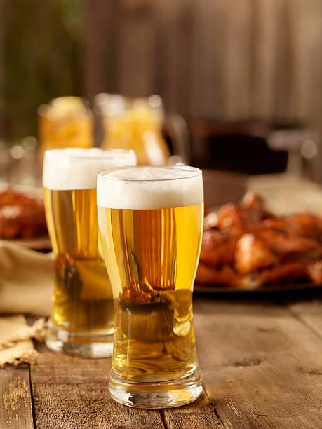 bier und barbecue chicken - picknick tisch kühler stock-fotos und bilder