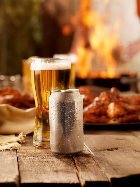 bier und barbecue - picknick tisch kühler stock-fotos und bilder