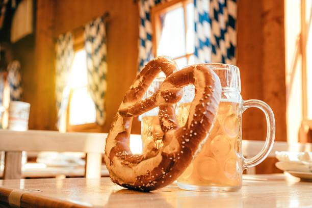 bier und brezel, oktoberfest münchen, deutschland - bavaria porzellan stock-fotos und bilder