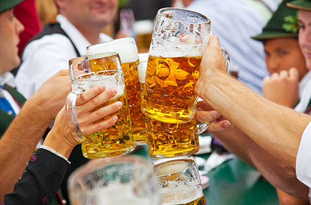 Birra all'Oktoberfest a Monaco di Baviera, Germania - foto stock