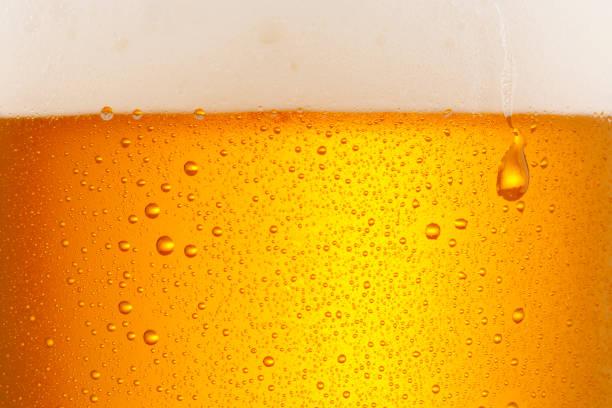 Bier-Hintergrund. Eiskaltes Bierglas mit Wassertropfen kondensieren – Foto