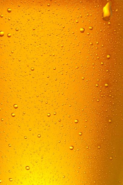 Bier Hintergrund. Eiskaltes Bierglas mit Wassertropfen Kondensation aus nächster Nähe. – Foto