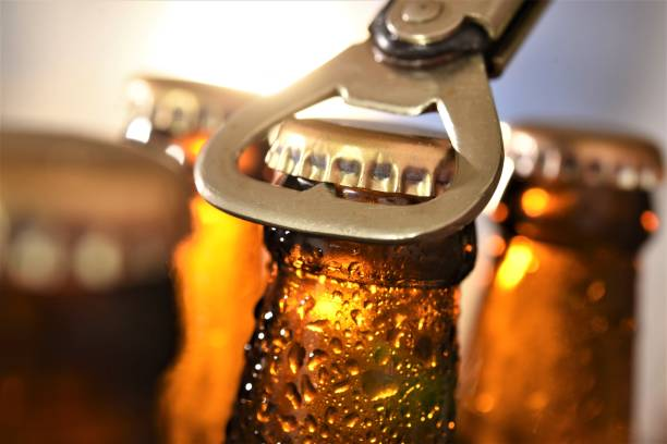 beer bottle opening - beer zdjęcia i obrazy z banku zdjęć