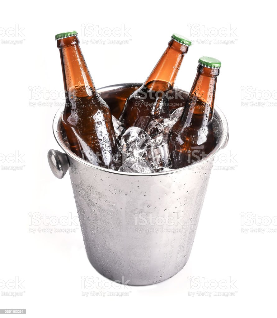 Garrafas de cerveja no balde de gelo, isolado no branco - foto de acervo