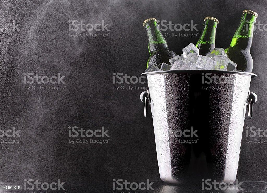 Garrafas de cerveja em um balde de gelo - foto de acervo