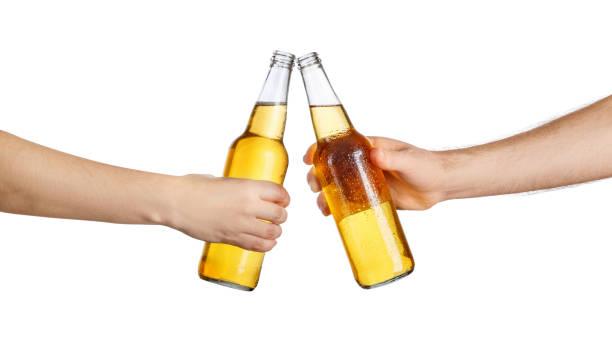 botellas de cerveza haciendo tostadas - foto de stock