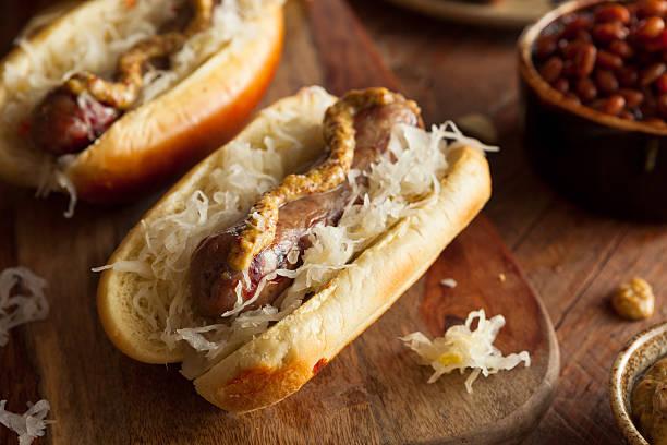 bier bratwurst mit sauerkraut - bratwurst mit sauerkraut stock-fotos und bilder