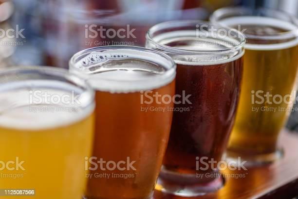 Beer Flight In Summer Sunlight — стоковые фотографии и другие картинки Алкоголь - напиток