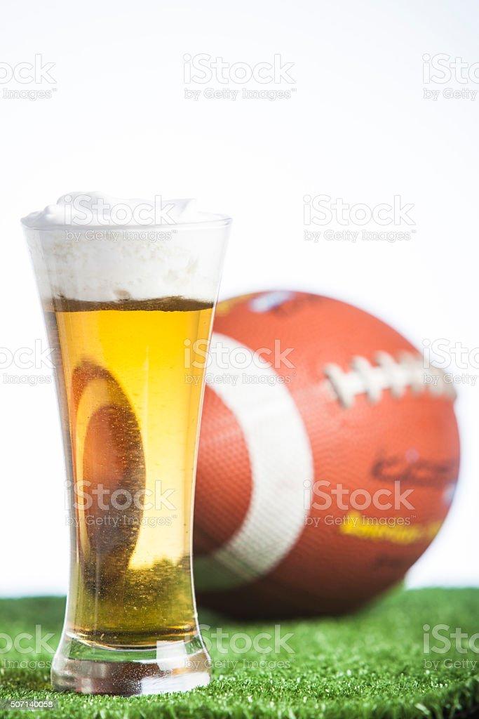 Bierglas Und Amerikanische Fußball Kugel Stock-Fotografie und mehr ...