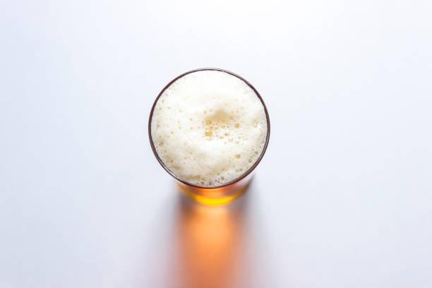 白い背景に分離されたビアグラス、上面図。 - ビール ストックフォトと画像