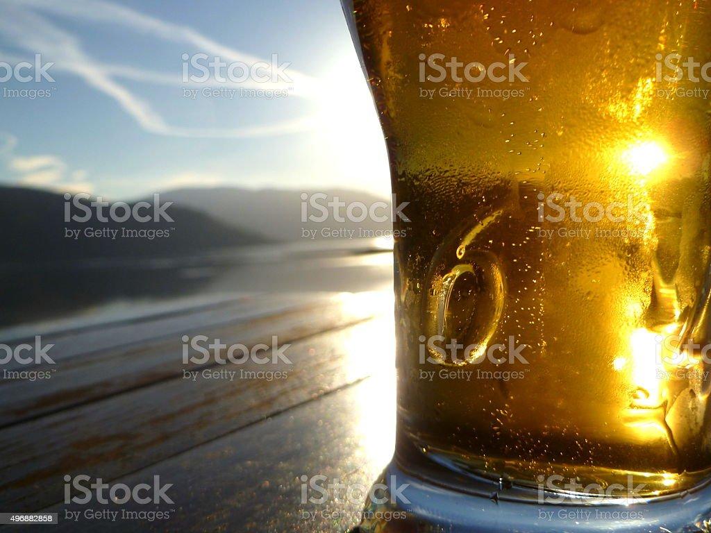Bier in Glas auf einem Tisch mit Blick auf Loch Sunart – Foto