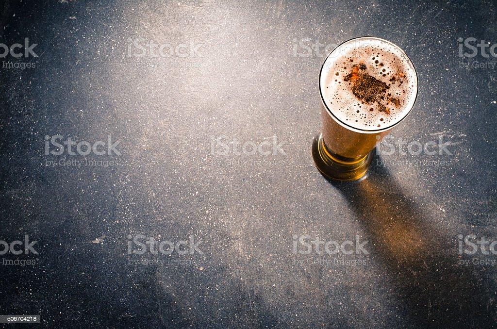 Bier in Glas auf dunklem Tisch – Foto