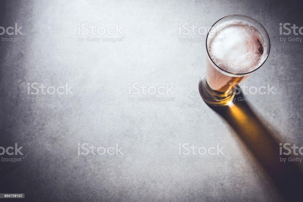 Bierglas auf grauem Stein Hintergrund – Foto