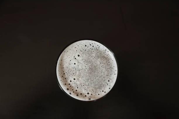 Bier-Glas-Ansicht direkt von oben – Foto