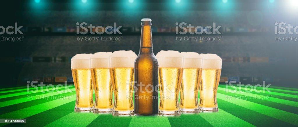 Bier-Gläser und eine Flasche auf einem Soccer ball Feld Hintergrund. 3D illustration – Foto