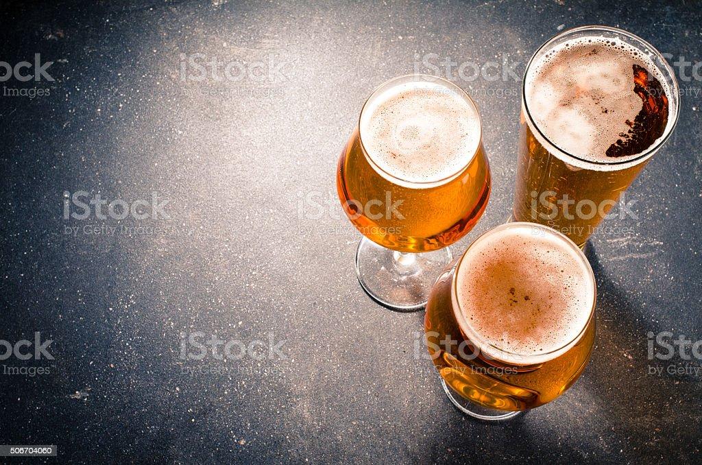 Bier Brille auf dunklem Tisch – Foto