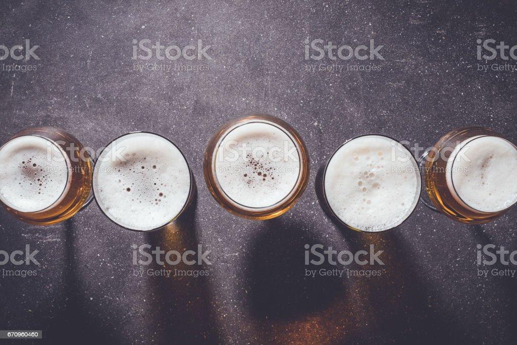 Beer glasses on dark table – Foto