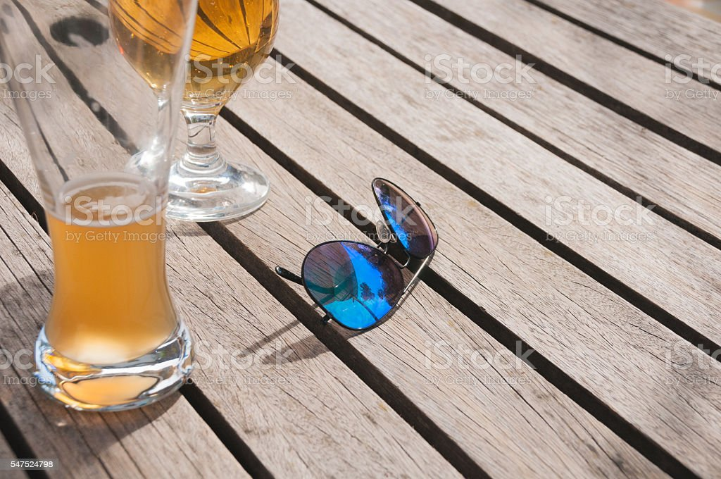 Beer glasses with sunglasses – Foto