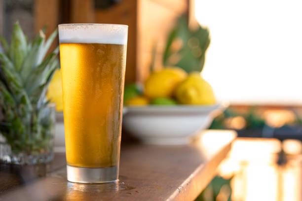 Öl i kallt glas bildbanksfoto