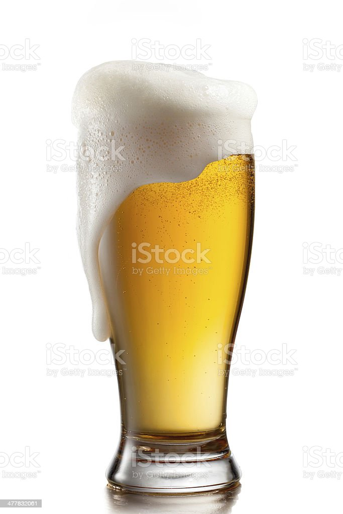 Cerveza en vidrio aislado sobre fondo blanco - foto de stock